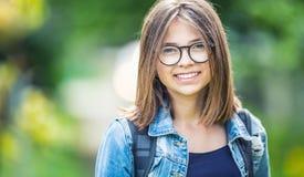 Portret atrakcyjna młoda nastoletnia szkolna dziewczyna z plecakiem zdjęcie royalty free