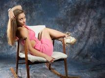 Portret atrakcyjna nastoletnia dziewczyna w krześle Zdjęcia Stock