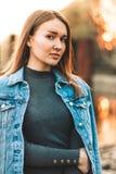 Portret atrakcyjna, nikła, piękna młoda Kaukaska blondynki dziewczyna w cajg kurtce, Uśmiechnięta dziewczyna cieszy się świetnie fotografia royalty free