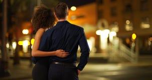 Portret atrakcyjna para ma wieczór datę w mieście outdoors fotografia stock