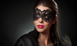 Portret atrakcyjna zmysłowa młoda kobieta z maską. Młoda atrakcyjna brunetki dama pozuje na ciemnym tle w studiu. Portret Zdjęcia Stock