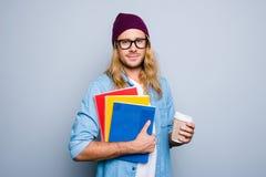 Portret atrakcyjny, ładny, śliczny facet trzyma trzy colo w nakrętce, Fotografia Royalty Free