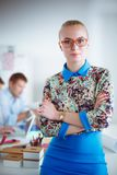 Portret atrakcyjny żeński projektant w biurze projektant kobieta Fotografia Royalty Free