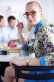 Portret atrakcyjny żeński projektant w biurze projektant kobieta Zdjęcie Stock