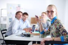 Portret atrakcyjny żeński projektant w biurze projektant kobieta Obraz Stock