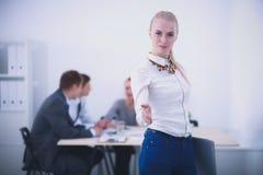 Portret atrakcyjny żeński projektant w biurze projektant kobieta Obrazy Royalty Free