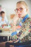 Portret atrakcyjny żeński projektant w biurze projektant kobieta Obraz Royalty Free
