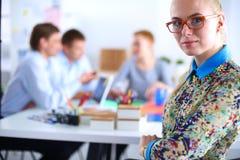 Portret atrakcyjny żeński projektant w biurze projektant kobieta Zdjęcia Royalty Free