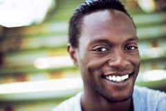 Portret atrakcyjny amerykanina afrykańskiego pochodzenia mężczyzna śmiać się zdjęcia stock