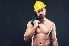 Portret atrakcyjny bez koszuli robociarz z świderem zdjęcia stock