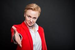 Portret atrakcyjny biznesowej kobiety ofiary ręki potrząśnięcie Obraz Royalty Free