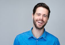 Portret atrakcyjny caucasian mężczyzna śmiać się Obrazy Stock