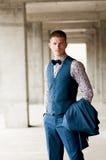 Portret atrakcyjny elegancki mężczyzna w kostiumu obraz royalty free