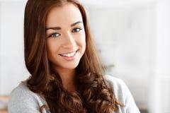 Portret atrakcyjny ja target803_0_ młodej kobiety Obraz Stock
