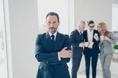Portret atrakcyjny, mądrze brunet dyrektor w tux z krawata st, obraz royalty free