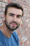Portret atrakcyjny mężczyzna na czerwonym ściana z cegieł tle, zbliżeniu młoda ciekawi naturalna seksowna samiec/ zdjęcia royalty free