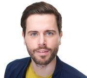 Portret atrakcyjny mężczyzna patrzeje kamerę z brodą Obrazy Stock