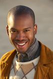 Portret atrakcyjny młody amerykanina afrykańskiego pochodzenia mężczyzna ono uśmiecha się outdoors Zdjęcia Stock
