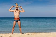 Portret atrakcyjny młody człowiek na tropikalnej plaży fotografia royalty free