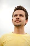 Portret atrakcyjny młody człowiek outdoors Obrazy Stock