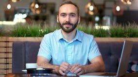 Portret atrakcyjny uśmiechnięty Europejski młody brodaty biznesmen patrzeje kamerę zbiory