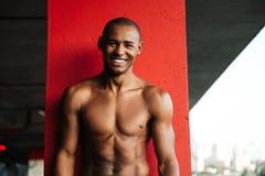Portret atrakcyjny uśmiechnięty przyrodni nagi afrykański sportowiec zdjęcie stock