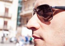 Portret atrakcyjny wspaniały facet jest ubranym okulary przeciwsłonecznych obraz royalty free