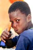 Portret av ett Senegal barn som saluterar Arkivbild