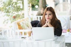 Portret Azja biznesowej kobiety młody obsiadanie w kawiarni Obrazy Royalty Free