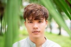 Portret azjata młody człowiek stoi outdoors Zdjęcie Royalty Free
