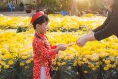 Portret Azjatycka chłopiec na tradycyjnym festiwalu kostiumu Śliczna mała Wietnamska chłopiec w ao Dai smokingowy ono uśmiecha si obraz royalty free
