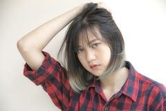 Portret Azjatycka dziewczyna z patrzeć kamerę na białym backgroun obraz royalty free