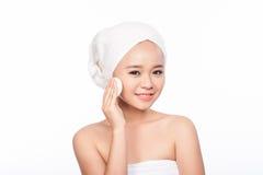 Portret Azjatycka kobieta piękna cleaning twarzy kobieta kąpielowy piękna składu olej mydli traktowanie ładna twarzy dziewczyna i Zdjęcia Stock