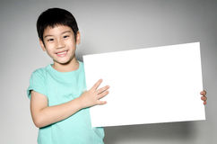 Portret Azjatycki dziecko z puste miejsce talerzem dla dodaje twój tekst. Zdjęcia Stock