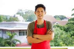 Portret Azjatycki mężczyzna odzieży czerwieni fartuch fotografia royalty free