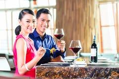 Portret Azjatycki pary łasowanie w restauraci zdjęcie royalty free