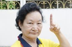 Portret Azjatycki senior z liczenie ręką Zdjęcie Royalty Free