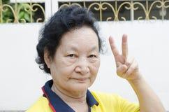 Portret Azjatycki senior z liczenie ręką Zdjęcia Royalty Free