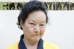 Portret Azjatyckiej senior kobiety śmieszna twarz Zdjęcie Stock