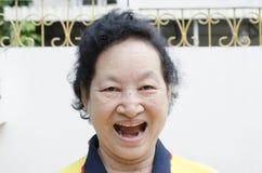 Portret Azjatyckiej senior kobiety śmieszna twarz Fotografia Stock