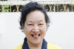 Portret Azjatyckiej senior kobiety śmieszna twarz Zdjęcia Royalty Free