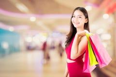 Portret azjatykci kobiety odzieży czerwieni sukni mienia torba na zakupy Zdjęcia Royalty Free