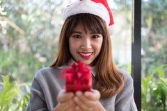 Portret azjatykci kobiety odzieży Santa Claus kapelusz w domu Dziewczyna z Fotografia Stock
