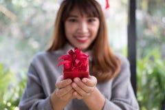Portret azjatykci kobiety odzieży Santa Claus kapelusz w domu Dziewczyna z Zdjęcia Stock