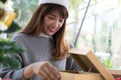 Portret azjatykci kobiety odzieży Santa Claus kapelusz w domu Dziewczyna z Obrazy Stock