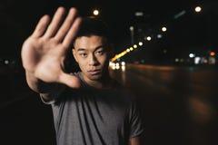 Portret azjatykci młody człowiek w mieście Zdjęcie Royalty Free