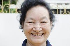 Portret azjatykci starszy kobiety ono uśmiecha się Obrazy Royalty Free