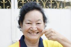 Portret azjatykci starszy kobiety ono uśmiecha się Obrazy Stock