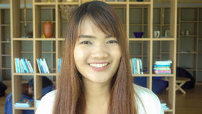 Portret azjatykci studenta collegu studiowanie w bibliotece rocznika skutka stylu obrazki Zdjęcie Stock