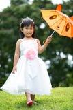 Portret azjatykcia dziewczyna w parkowym zielonym tle, Zdjęcia Royalty Free